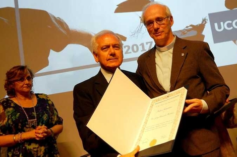 Barbará, recibiendo un título anterior, de Profesor Catedrático, de manos del rector de la Universidad Católica de Córdoba, el padre jesuita Alfonso Gómez.