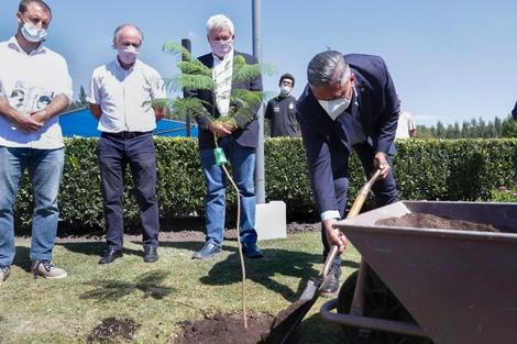 Claudio Tapia, presidente de la AFA, plantando un árbol. (Fuente: NA)