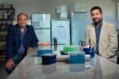 Guillermo Docena y Omar Azzaroni, del Grupo COVID-Exactas. Foto: gentileza UNLP.