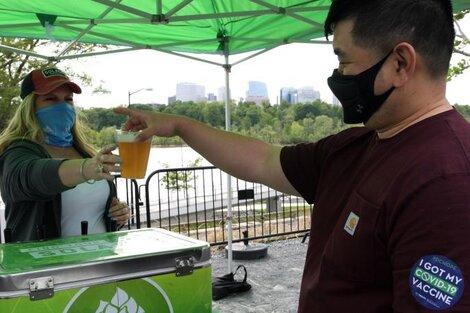 """Un hombre vacunado recibe su vaso de cerveza gratis como """"premio"""". (Fuente: EFE)"""
