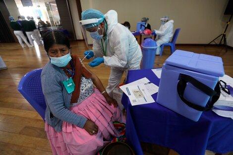 Un funcionario de salud vacuna a una persona en un punto de vacunación masiva contra la covid-19 en Bolivia (Fuente: EFE)