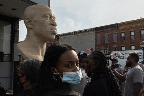 La estatua de George Floyd inaugurada el último sábado en Nueva York apareció pintada con el nombre de un grupo de extrema derecha. (Fuente: AFP)