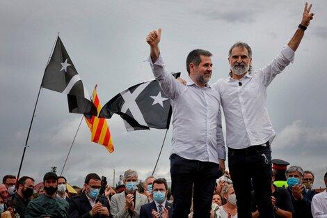 Jordi Cuixart (d) y Jordi Sánchez (i), saludan a simpatizantes después de ser excarcelados. (Fuente: EFE)