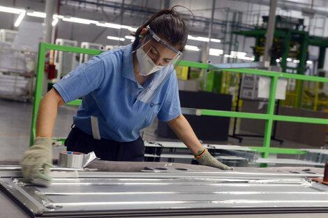 En la industria las mujeres perciben el 65 por ciento del salario de los varones. (Fuente: NA)