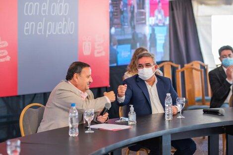 El gobernador de La Rioja, Ricardo Quintela, de saco claro.
