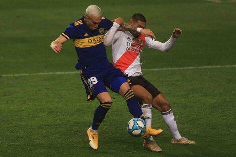 Briasco lucha con Paulo Díaz por la pelota (Fuente: NA)