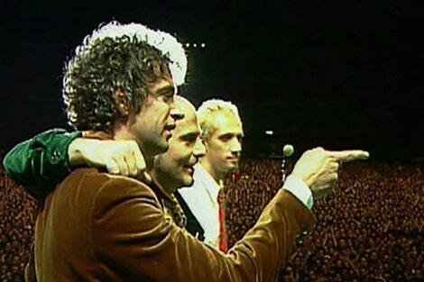 En 1997 Soda Stereo se despide de sus fans en un multitudinario concierto en la cancha de River, ante unas 65 mil personas.
