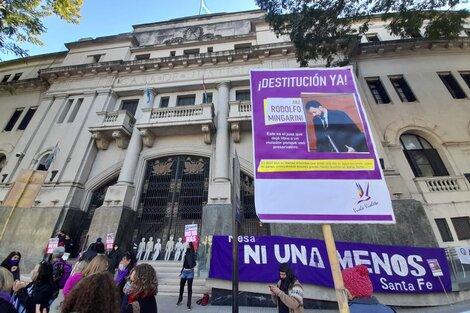 Organizaciones feministas hicieron guardia frente a los tribunales. (Fuente: Gentileza Ni Una Menos Santa Fe)