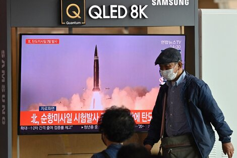 Un misil Norcoreano aparece estemiércoles en la tevé de una estacion de tren de Seúl.
