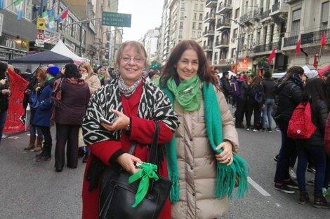 Nieves Rico y Laura Pautassi en la marcha por el aborto de junio 2018 en Buenos Aires.