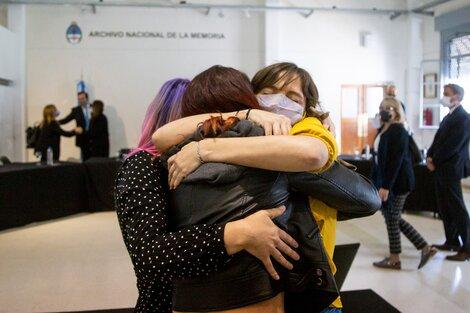 Abril Rosales se abraza a sus amigas tras la firma del acuerdo. (Fuente: Télam)