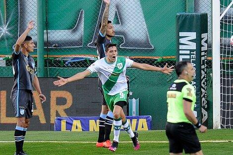 Juan Manuel Cruz hizo un doblete en el primer tiempo para el triunfo de Banfield (Fuente: NA)