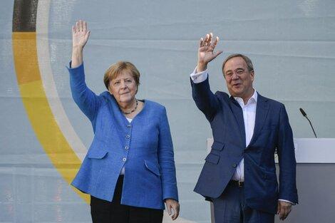 El líder y candidato a canciller de la Unión Demócrata Cristiana, Armin Laschet (R), y la canciller alemana, Angela Merkel, saludan a sus partidarios durante la campaña. (Fuente: AFP)