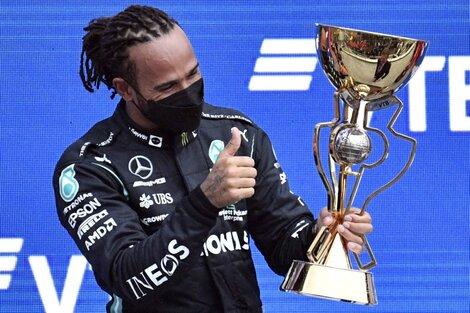 Lewis Hamilton celebra su victoria en el Gran Premio de Rusia que lo dejó primero en el campeonato. (Fuente: AFP)