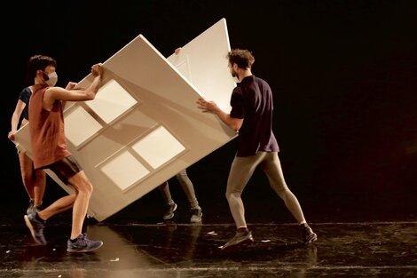 En escena hay una especie de cucha de gran tamaño, objeto escenográfico polisémico.