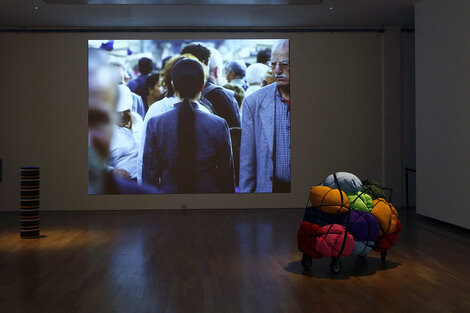 El video A needle woman - Kitakyushu 1999, otra de las obras expuestas en el Museo Nacional de Bellas Artes