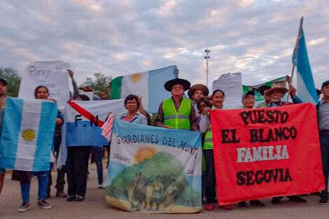 Familias campesinas siguen marchando, en protesta por los desalojos.