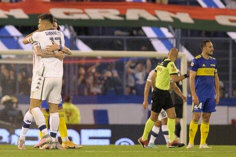 Mancuello festeja su gol con Giannetti; lo lamenta Izquierdoz (Fuente: Fotobaires)