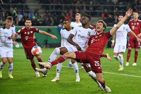 Desesperado, Thomas Müller busca ganarse un penal en el área del Borussia (Fuente: AFP)