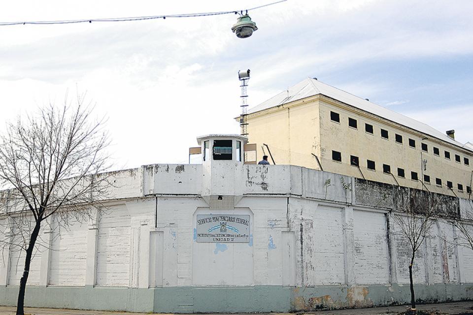 Fuga en la cárcel de Devoto | Un preso saltó el par... | Página12
