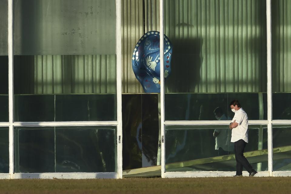 Bolsonaro camina afuera del palacio de Alvorada despues de contagiarse el coronavirus.