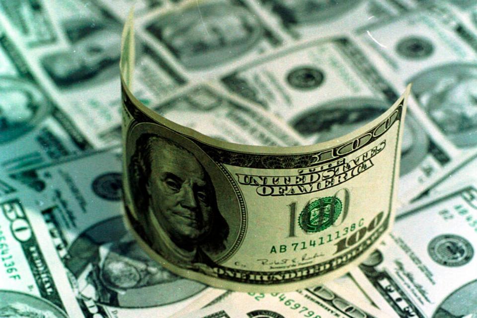 El dólar blue llegó a tocar un máximo de 140 pesos, mientras que el contado con liquidación cerró casi en 118.