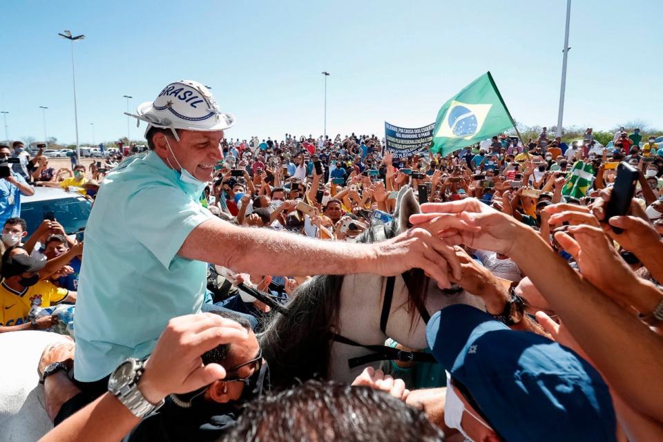 Bolsonaro, a caballo y sin barbijo, en el aeropuerto Sao Raimundo Nonato, estado de Piauí.
