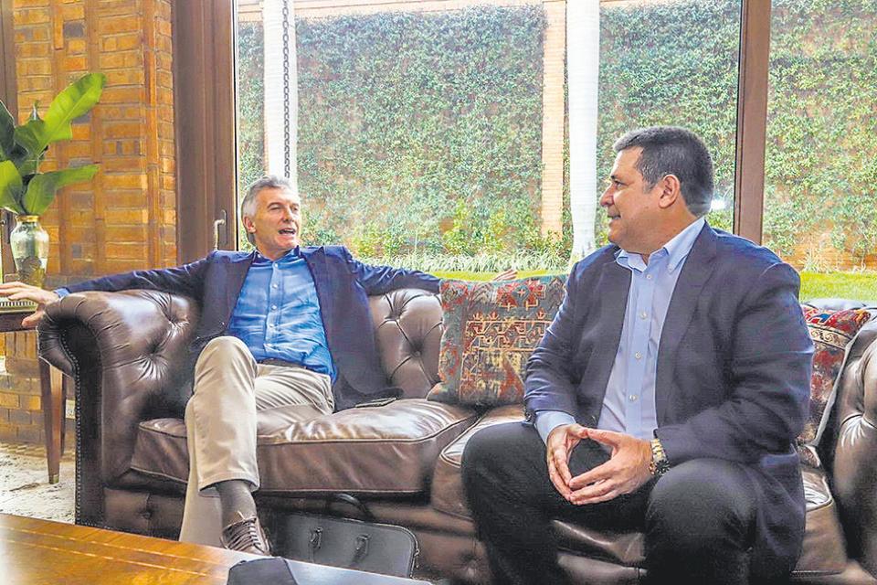 Mauricio Macri y Horacio Cartes, dos expresidentes reunidos en Asunción.