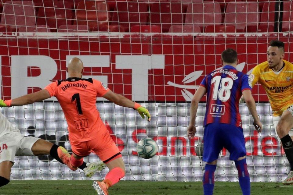 Liga de España: Ocampos fue goleador y arquero de Sevilla con Eibar