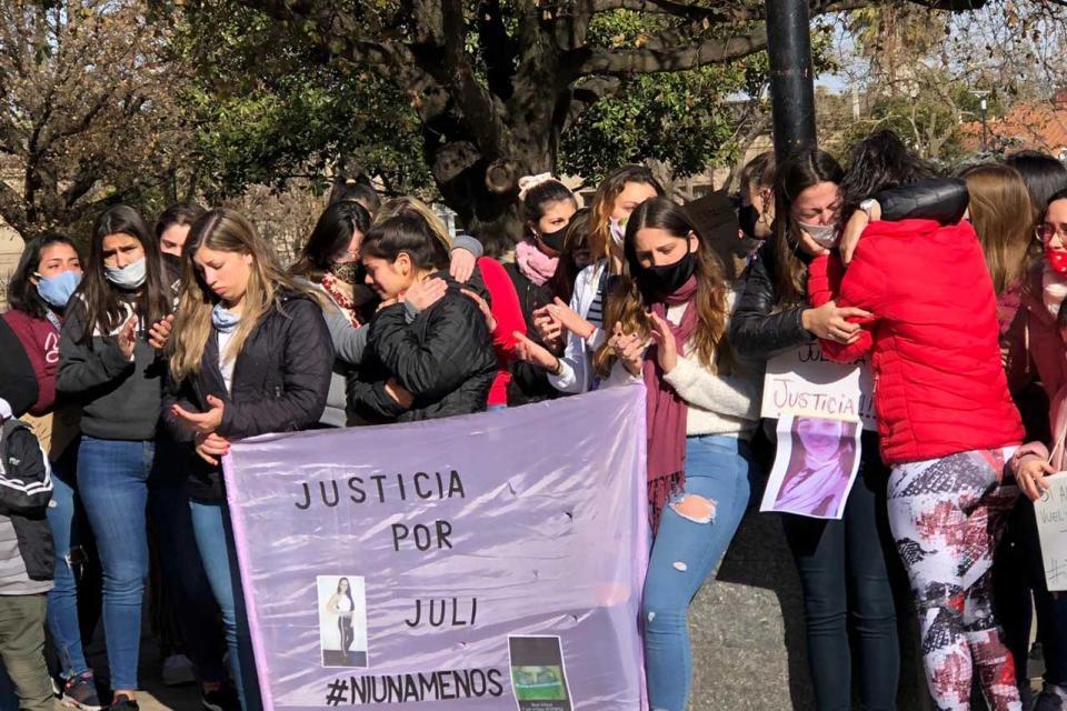 """Vecinas y vecinos de Julieta clamaban """"justicia, justicia, justicia""""."""