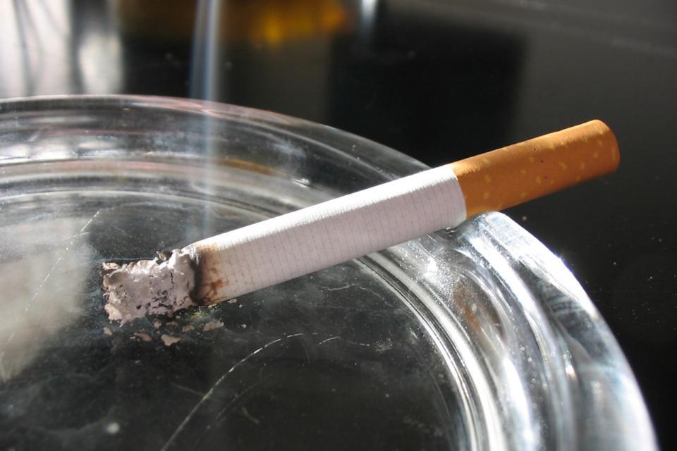 Coronavirus: advierten que los cigarrillos pueden ser transmisores y aconsejan no fumar en ambientes sociales