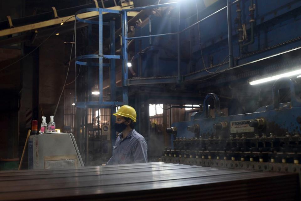 En mayo la producción en fábricas cayó 26%