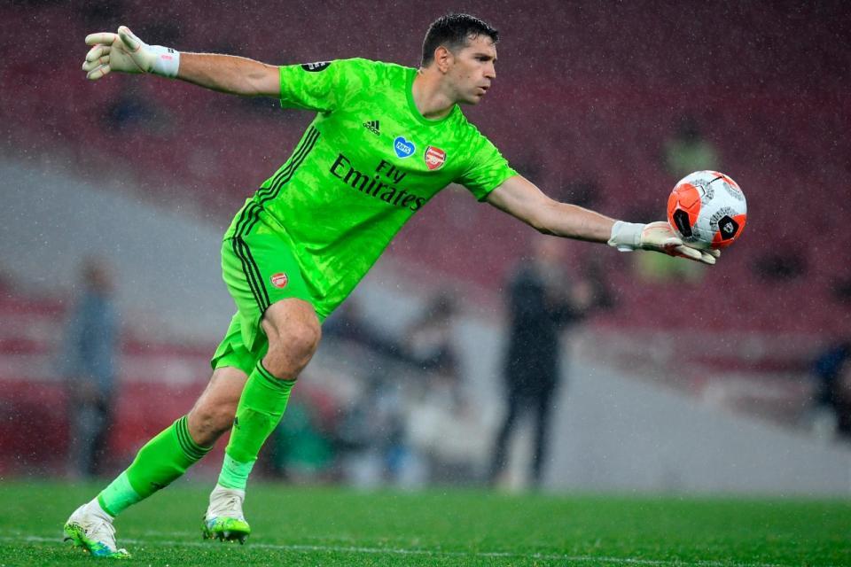 Arsenal igualó ante Leicester con el argentino Emiliano Martínez de titular