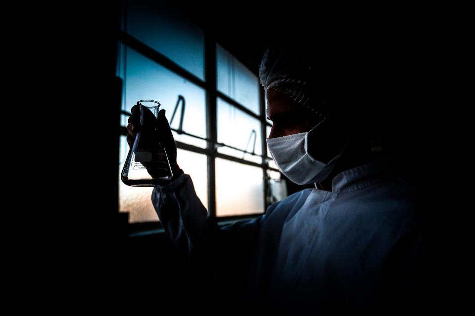 Científicos relacionan un tipo raro de inflamación cerebral con el coronavirus