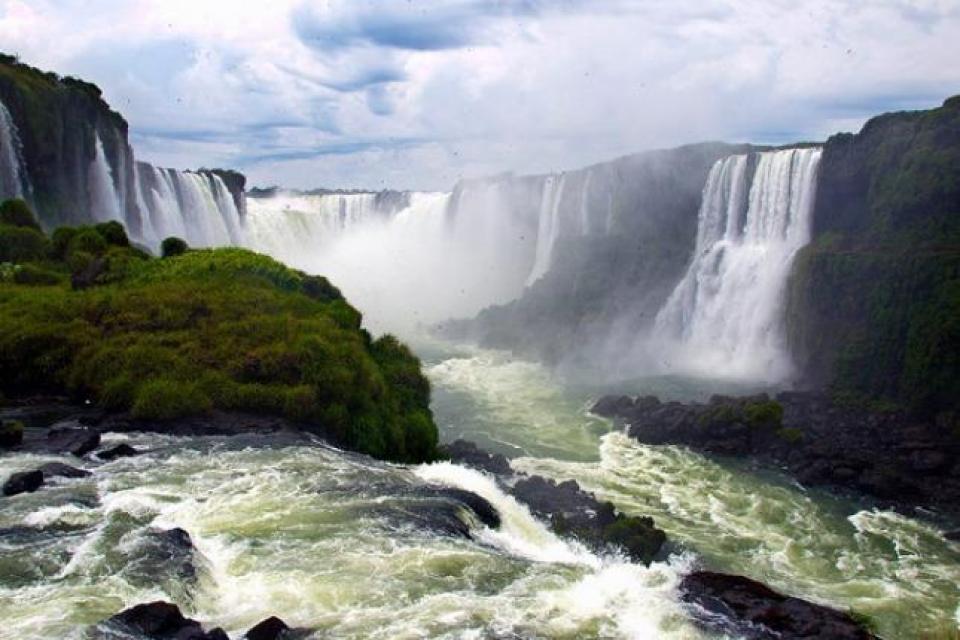 Las Cataratas del Iguazú y el Valle de la Luna reabren para caminatas