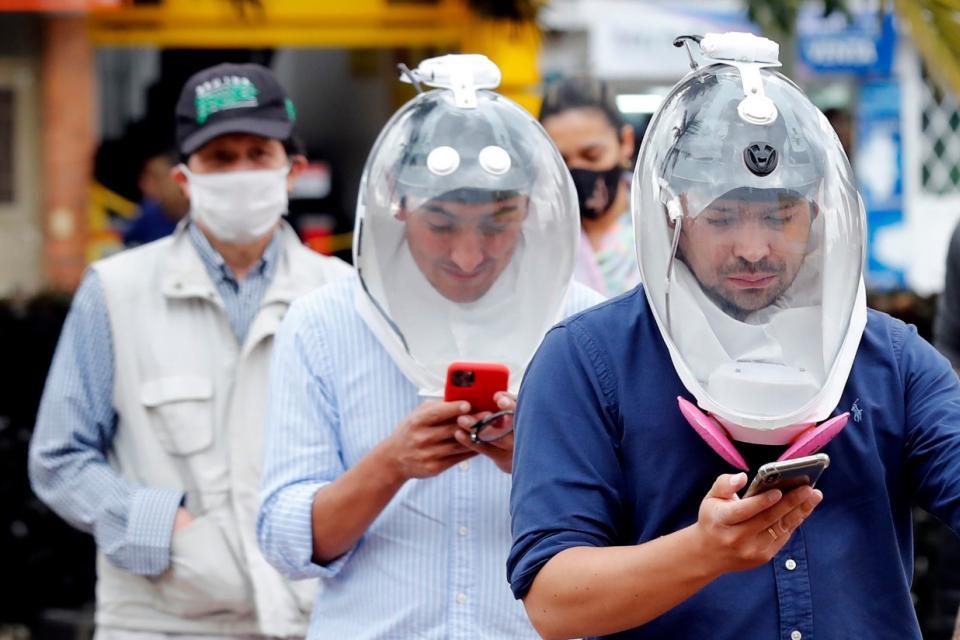 Ingenieros aeronáuticos desarrollan un casco contra el coronavirus.