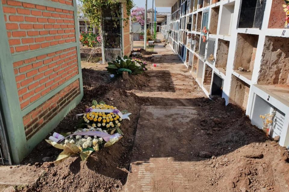 La gente cava en cualquier lado las tumbas para sus familiares.