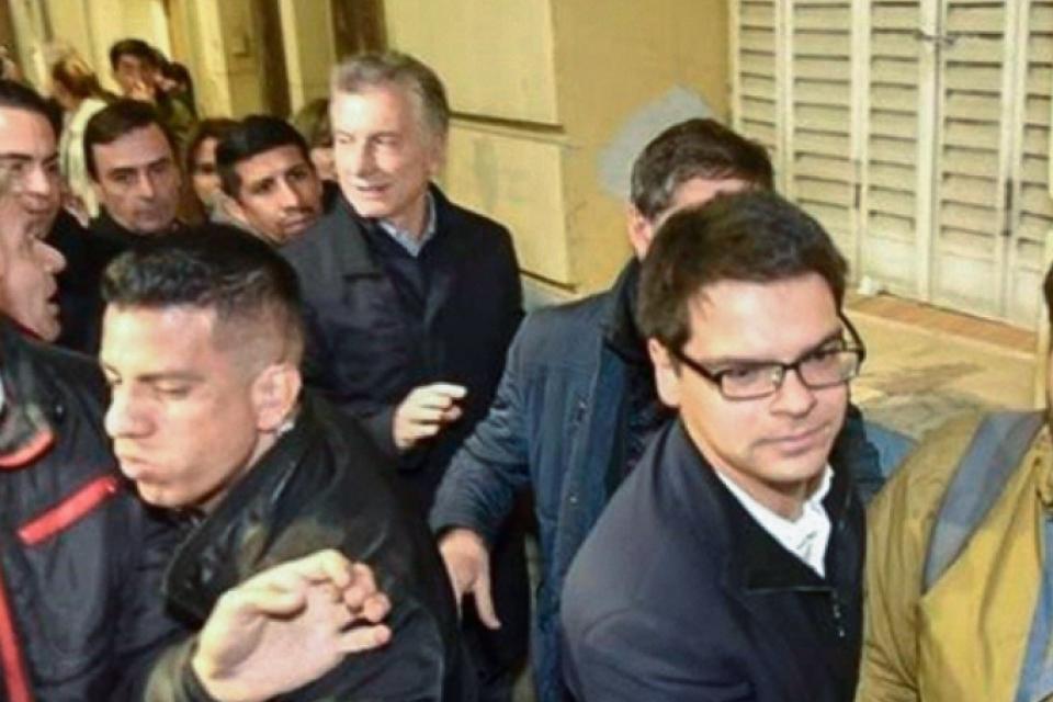 El ex presidente Mauricio Macri, precedido por su secretario privado, Darío Nieto.