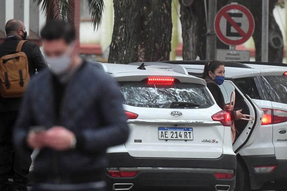 Cristina Castro, madre de Facundo, llegó a la sede del EAAF en compañía del abogadoLuciano Peretto.