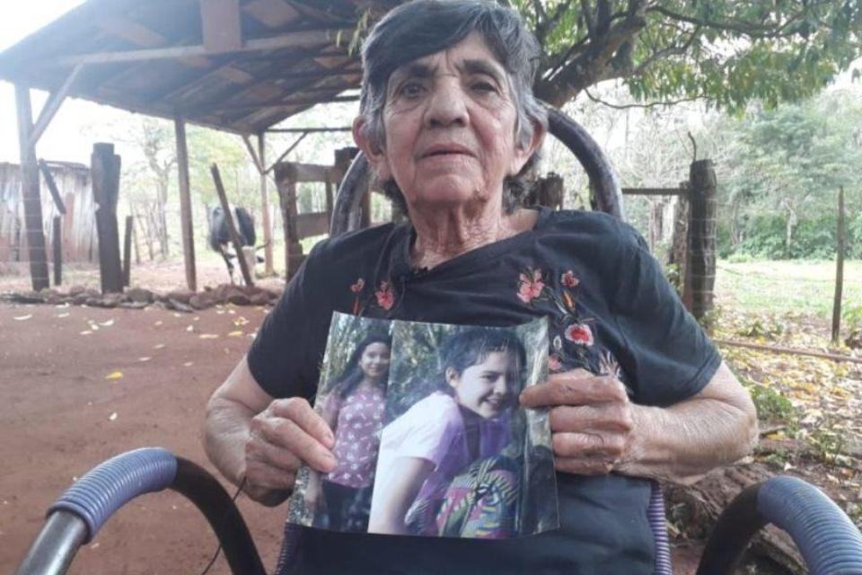 Mariana de Jesús Ayala López, abuela de las nenas, con sus fotografías.