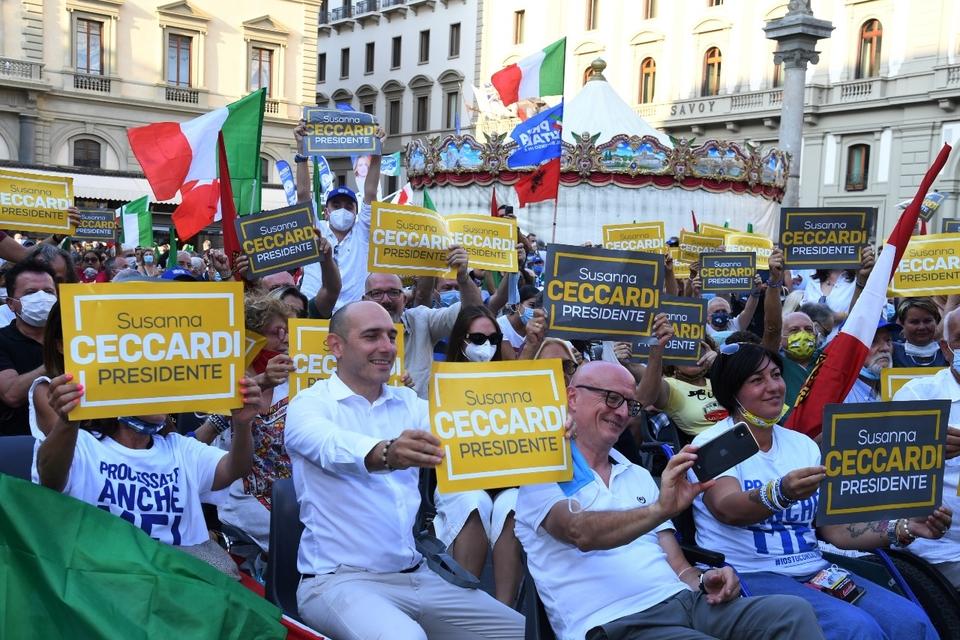 Simpatizantes de la coalición de centroderecha hacen campaña en Florencia.