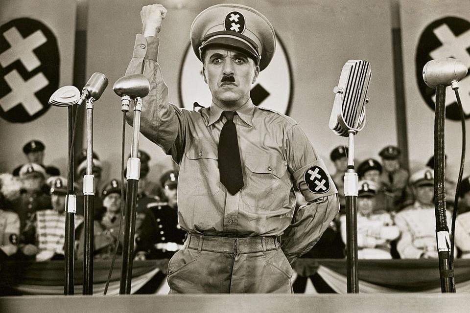 Chaplin como Hynkel, dictador de Tomania. Su otro personaje en el film es un peluquero judío que parece su doble.