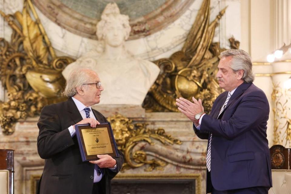 Al recibir hoy en Casa Rosada a Adolfo Pérez Esquivel para homenajearlo por el premio Nobel de la Paz recibido hace cuarenta años, Alberto Fernández lo presentó como un modelo a seguir por argentinos y argentinas.