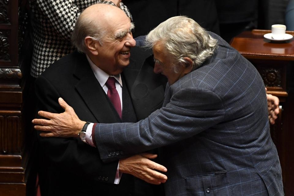 Los expresidentes de Uruguay Julio María Sanguinetti y José Pepe Mujica renunciaron a sus bancas en el Senado.