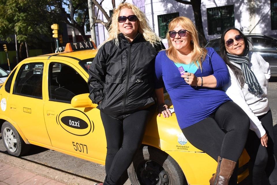 She Taxi tiene paradas para sus mujeres choferes en el hipermercado Tadicor.