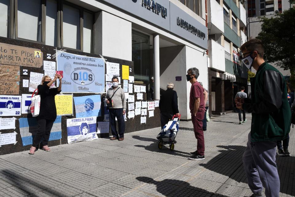El frente de la Clínica Olivos, con mensajes y banderas de apoyo.
