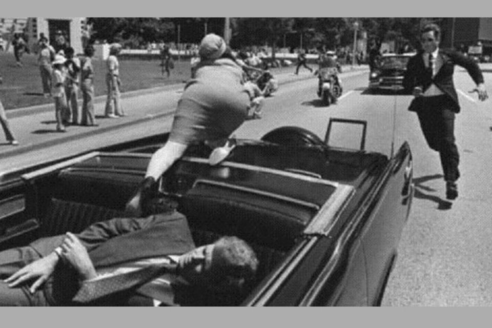 En 1963 es asesinado en Dallas el presidente norteamericano John Kennedy. Tres disparos alcanzan el auto descapotable en el que avanza por las calles de esa ciudad de Texas.