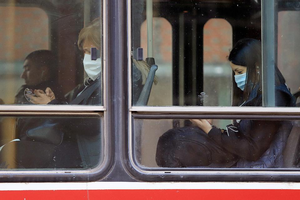 Nuevo protocolo para el transporte público: Vuelven las personas paradas a los colectivos.