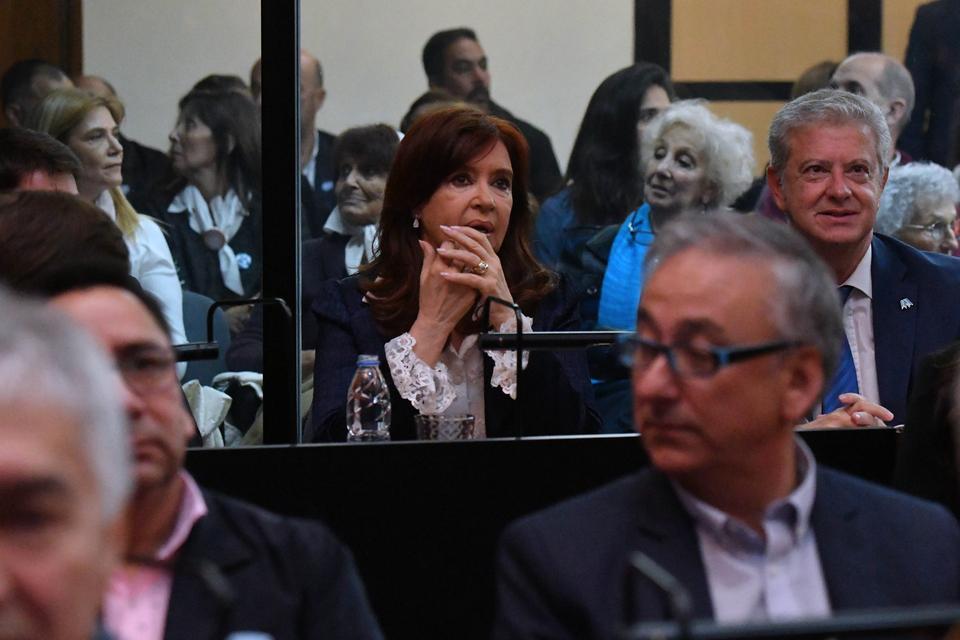 Cristina Kirchner frente a los armados de Comodoro Py.
