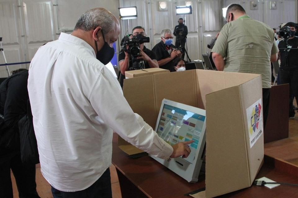 funcionarios del CNE prueban máquinas de votación en un centro electoral de Caracas.